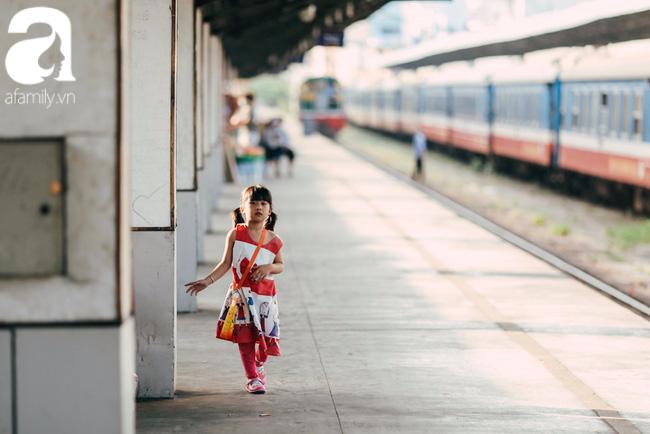 Trẻ em đón Tết khắp phố phường, công viên, và cả ga tàu... - Ảnh 4.