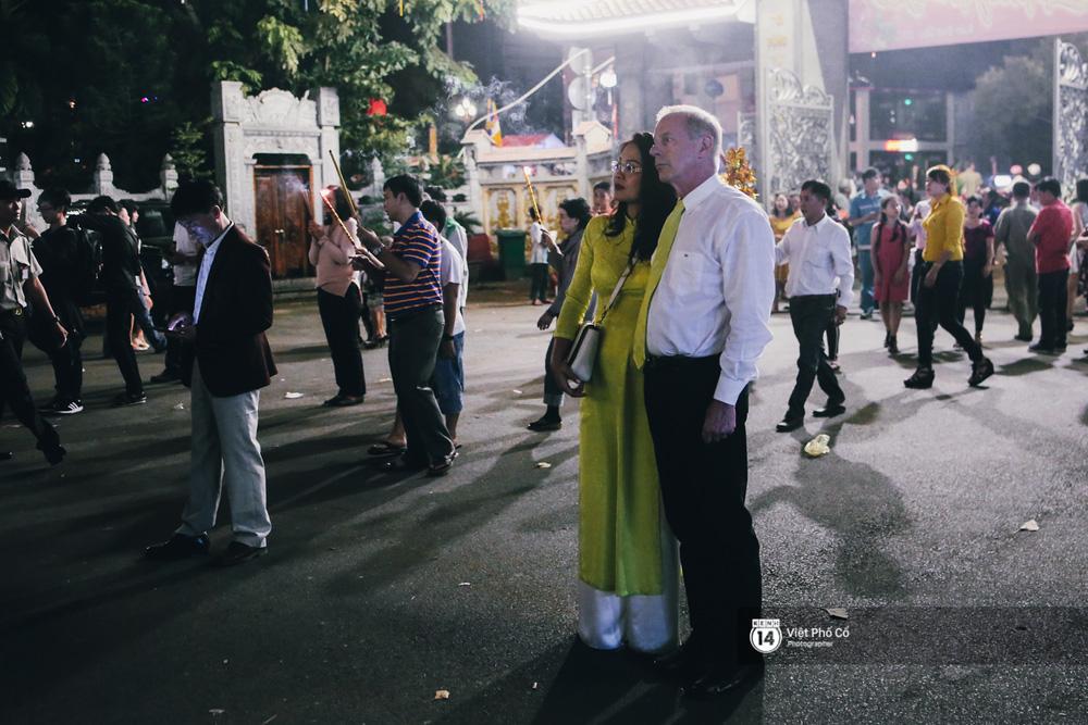 Sau thời khắc giao thừa, rất đông người dân đi chùa cầu năm mới bình an - Ảnh 7.