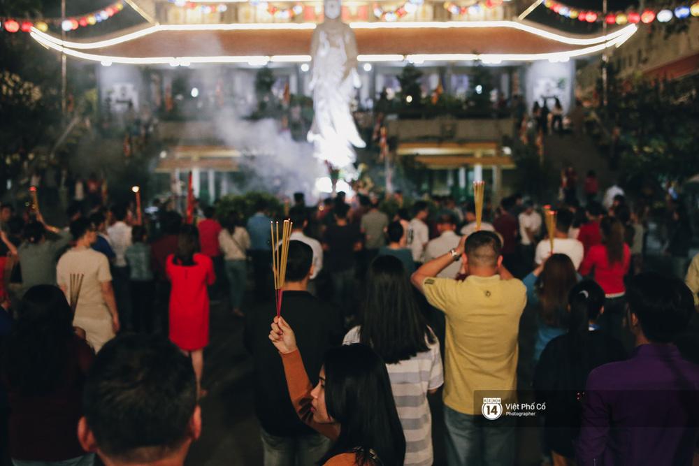 Sau thời khắc giao thừa, rất đông người dân đi chùa cầu năm mới bình an - Ảnh 1.