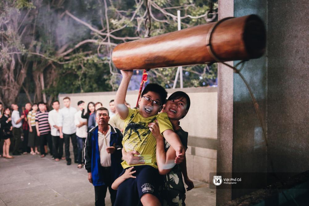 Sau thời khắc giao thừa, rất đông người dân đi chùa cầu năm mới bình an - Ảnh 26.