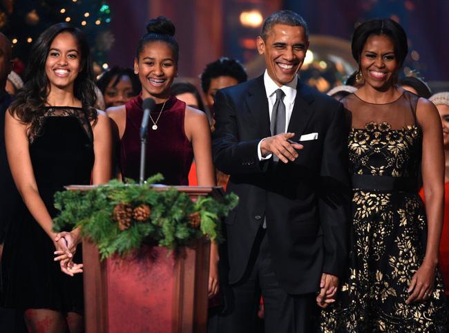 Con gái lớn có nụ hôn đầu tiên vào năm 13 tuổi và đây là phản ứng của vợ chồng cựu Tổng thống Obama - Ảnh 3.