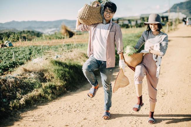 Chỉ cần yêu nhau thật nhiều thì ảnh cưới chụp ở... vườn rau cũng khiến người ta xuýt xoa - Ảnh 8.