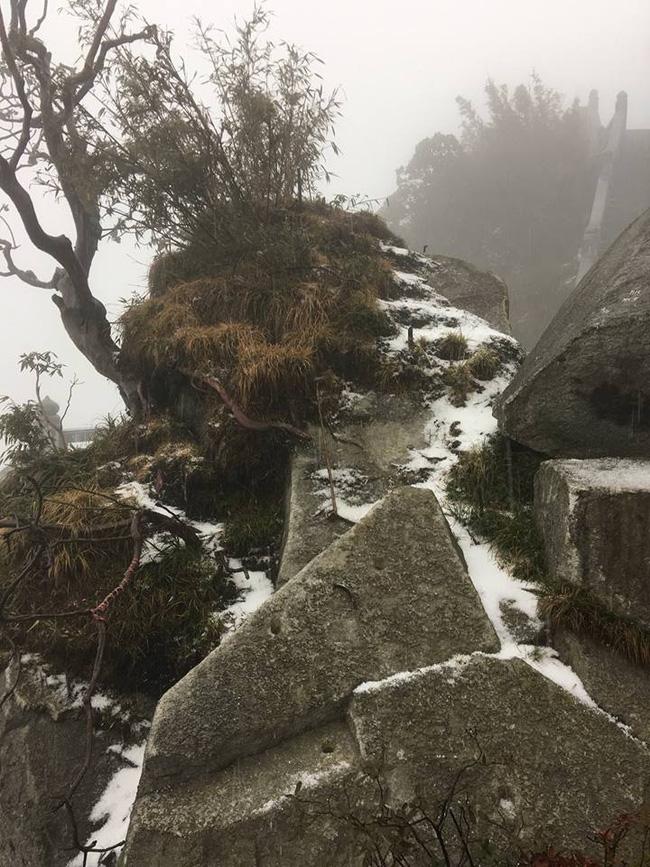 Điều bất ngờ cuối đông: Tuyết rơi trên đỉnh Fansipan - Ảnh 6.