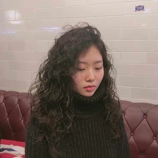 Chán tóc xoăn nhẹ nhàng, con gái Hàn rủ nhau làm tóc xoăn xù mì hoài cổ giống Sulli - Ảnh 7.