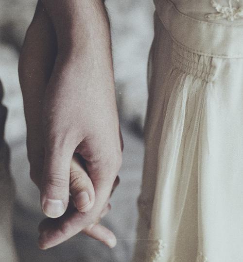 Câu chuyện xúc động về hạnh phúc giản dị của đôi vợ chồng tóc hoa râm trên chuyến tàu về Huế