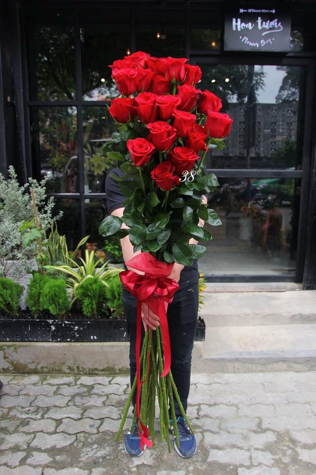 Cành hồng đỏ cao bằng cô gái trẻ giá 500.000 gây sốt mùa Valentine năm nay - Ảnh 1.