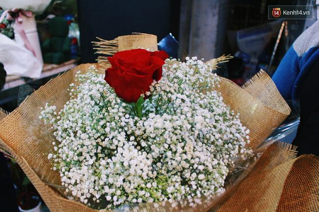 Cành hồng đỏ cao bằng cô gái trẻ giá 500.000 gây sốt mùa Valentine năm nay - Ảnh 5.