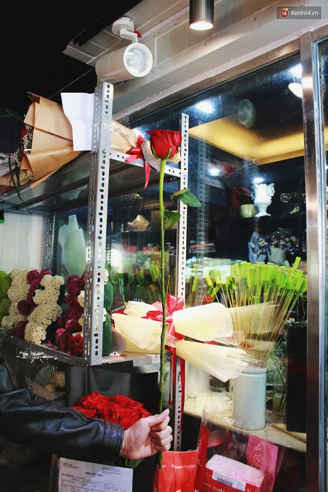 Cành hồng đỏ cao bằng cô gái trẻ giá 500.000 gây sốt mùa Valentine năm nay - Ảnh 4.