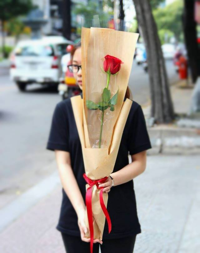 Cành hồng đỏ cao bằng cô gái trẻ giá 500.000 gây sốt mùa Valentine năm nay - Ảnh 3.