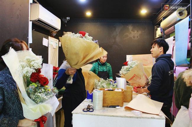 Cành hồng đỏ cao bằng cô gái trẻ giá 500.000 gây sốt mùa Valentine năm nay - Ảnh 7.