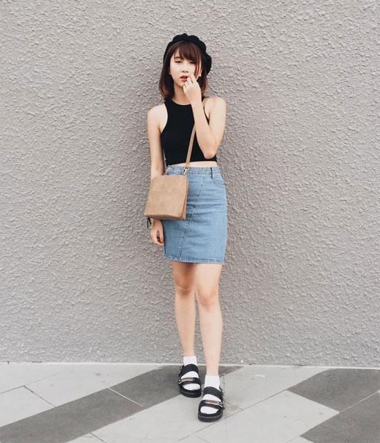Quỳnh Anh Shyn kết hợp chân váy cùng áo thun tối màu trẻ trung