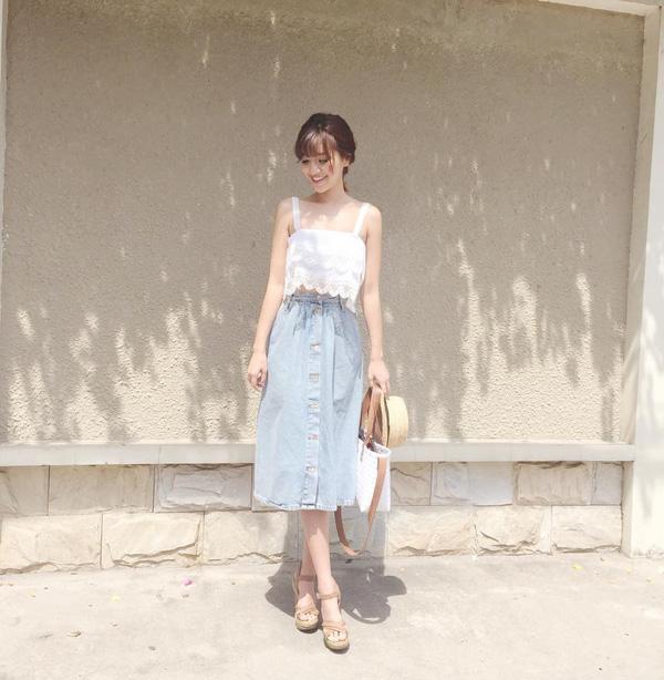Bích phương tỏa nắng cùng trang phục áo crop top ren và chân váy demin cúc