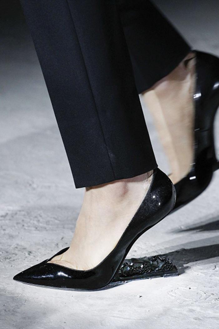 Giày không gót gây sốc của Saint Laurent