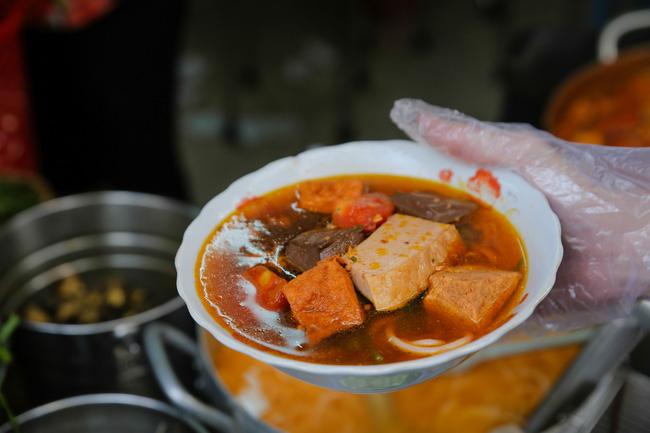 Chiều Sài Gòn lộng gió, ghé hẻm nhỏ Võ Văn Tần ăn tô bún riêu đúng điệu miền Nam, để nhớ về phương Bắc
