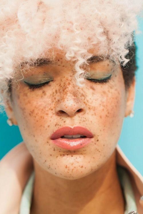 Không cần tắm trắng hay nhuộm da, nhìn 7 cô này để biết thế nào là đẹp