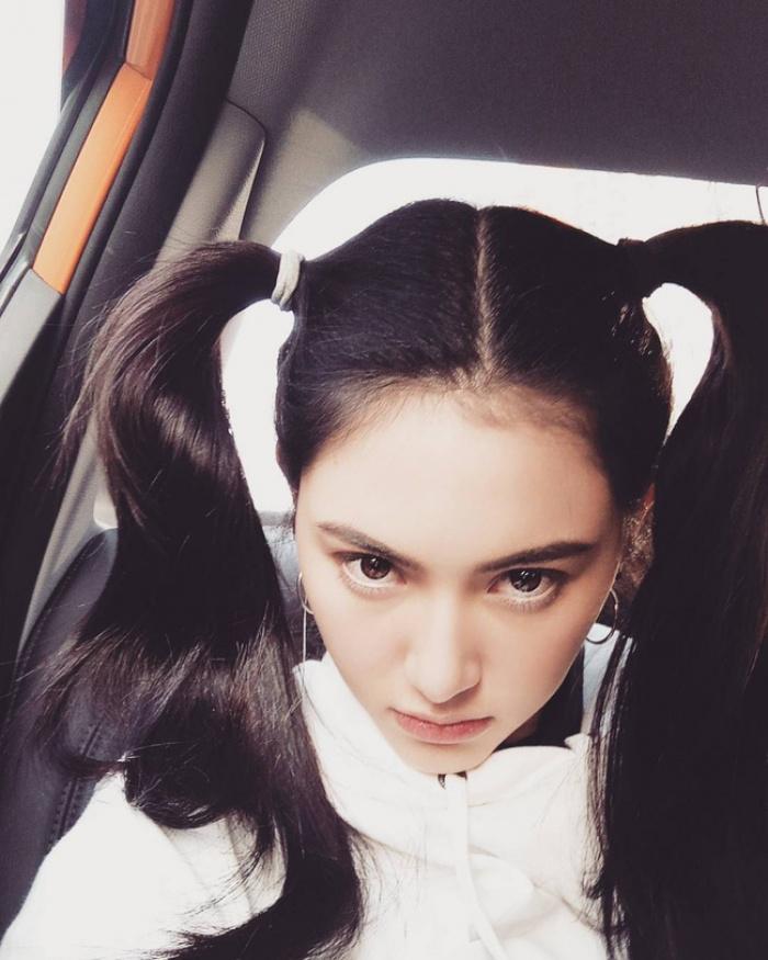 Cứ chê tóc ngôi giữa quê nhưng hot girl Thái, Trung cô nào cô nấy để tóc này đều xinh hết nấc - Ảnh 6.