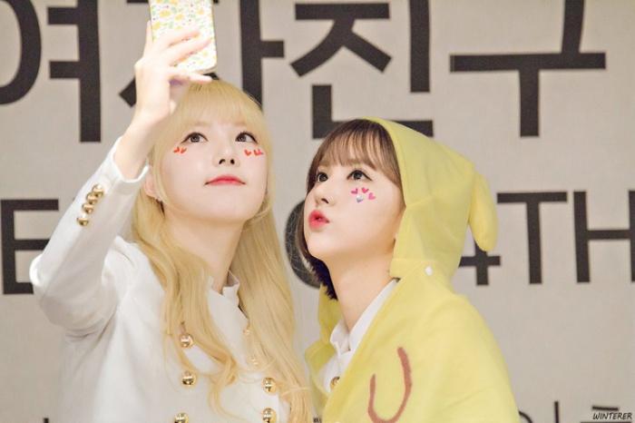 """Các idol xứ Hàn tích cực """"sống ảo"""" với kiểu makeup dính hoa khô và sticker lên mặt"""