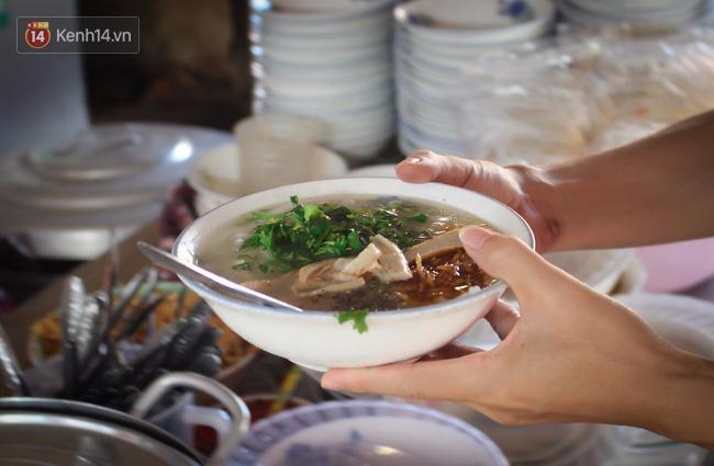 """Quán """"bánh canh ruộng"""" siêu rẻ ở Đà Nẵng, 20 năm qua khách phải chen chân để tự phục vụ"""