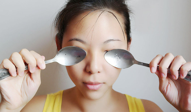 Ngủ dậy thấy mắt sưng húp thì có thể là do ăn quá nhiều những thực phẩm này