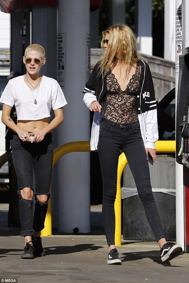 Kristen Stewart lộ chân ngắn khi sánh đôi bên người tình đồng giới