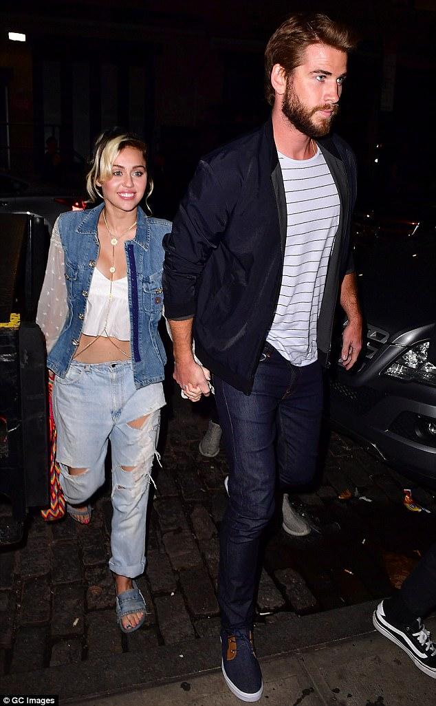 Tái hợp Liam, Miley Cyrus nổi loạn năm nào giờ đằm thắm và đáng yêu bất ngờ!