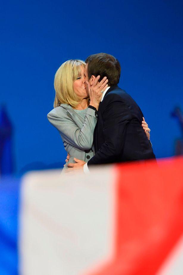 Hành trình nụ hôn 24 năm của vợ chồng tân Tổng thống Pháp: Một tình yêu đẹp và rất đỗi nhiệm màu - Ảnh 2.