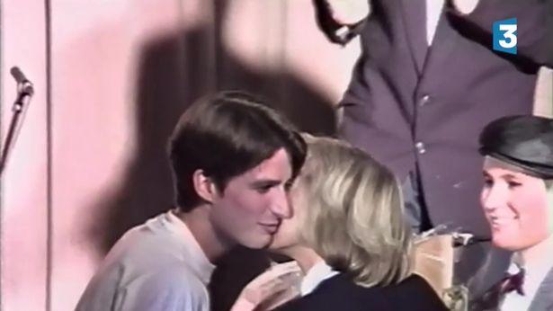 Hành trình nụ hôn 24 năm của vợ chồng tân Tổng thống Pháp: Một tình yêu đẹp và rất đỗi nhiệm màu - Ảnh 1.