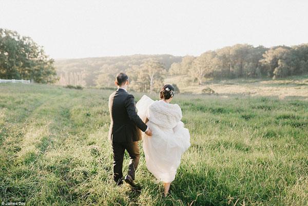 Để có bức ảnh cưới đầy cảm xúc, chú rể đã làm một việc khiến cô dâu không cầm được nước mắt