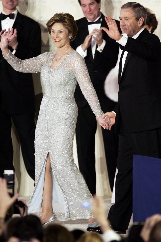 Đệ nhất phu nhân Pháp gây chú ý khi mặc đồ đi mượn trong lễ nhậm chức của chồng