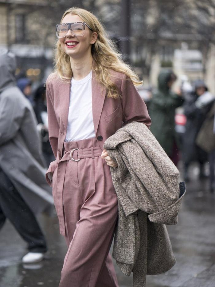 """Màu trắng luôn là gam màu """"thân thiện"""" với những sắc màu khác. Và sự kết hợp giữa hai gam màu hồng - trắng để tạo ra một set đồ hoàn hảo cũng không phải ngoại lệ. Từ trước đến nay, sắc hồng luôn bị coi là quá sến, nhưng nếu phối hợp cùng sắc trắng tinh khôi, bạn sẽ có được một set đồ thật trẻ trung, ấn tượng và hợp mốt. Chỉ cần một chút sắc trắng trong bộ đồ màu hồng, vẻ ngoài của bạn đã sáng hơn đáng kể rồ"""