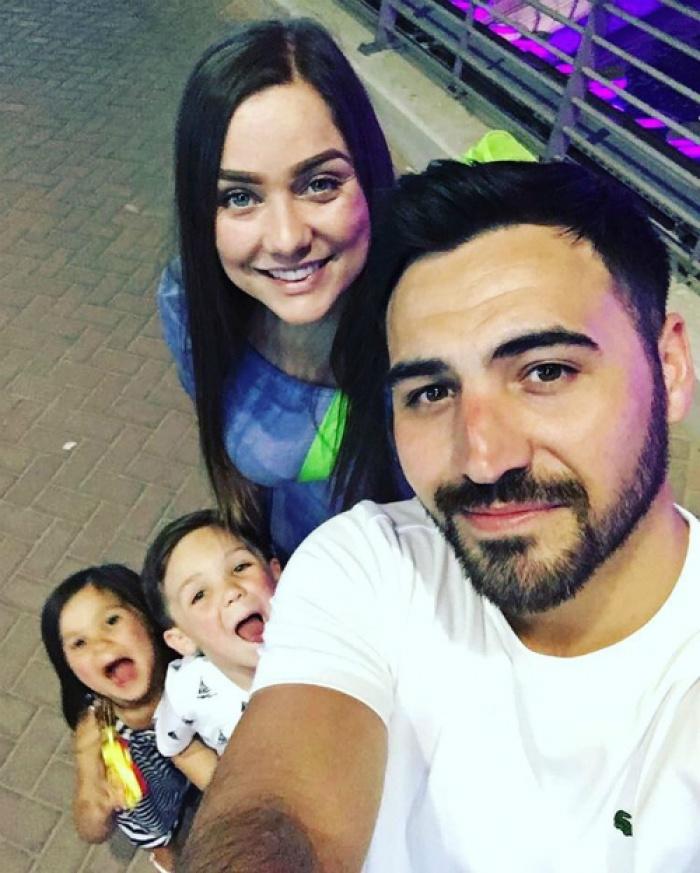 Gia đình bán hết tất cả, du lịch 'không hẹn ngày về'