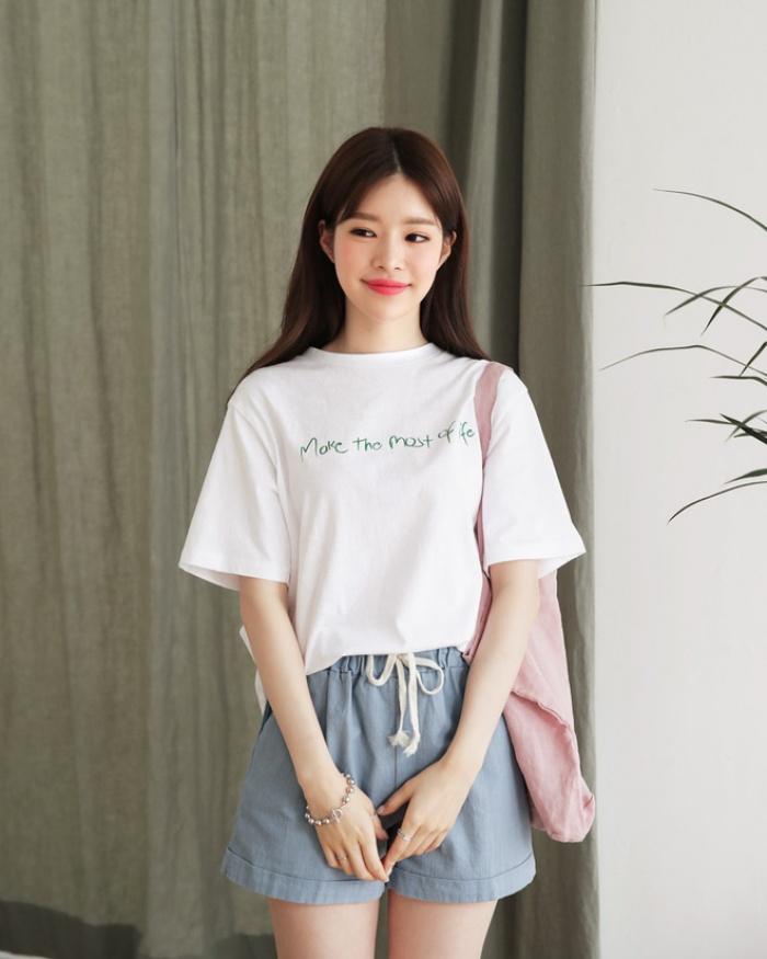 T-shirt với font chữ viết tay, món mới siêu hot đang được giới trẻ châu Á diện miết mải - Ảnh 1.