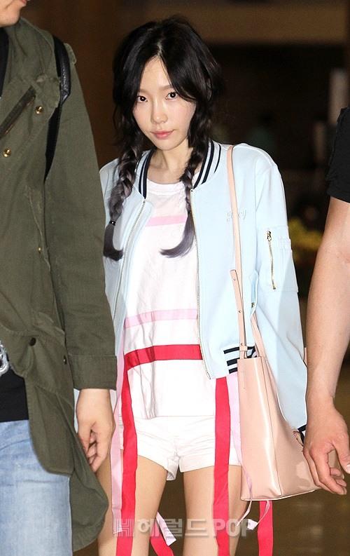Taeyeon và Clara đọ sắc tại sân bay: Cùng là khoe chân nuột, dễ thương hay sexy giành phần hơn?