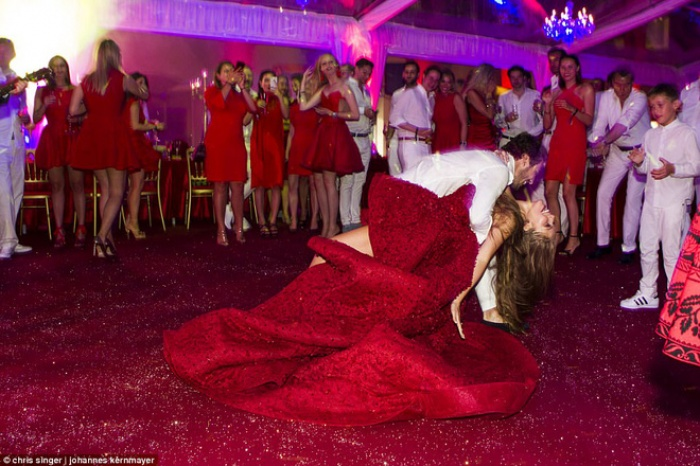 Công chúa của đế chế pha lê Swarovski rạng rỡ với chiếc váy cưới hơn 20 tỷ, đính 5.000 viên pha lê và nặng 46kg