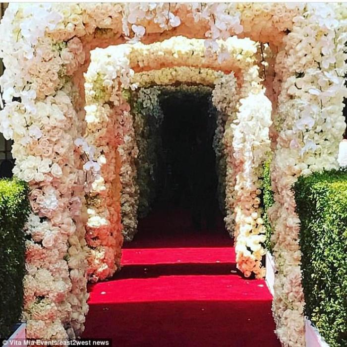 Cả Hollywood choáng ngợp trước đám cưới xa hoa của tiểu thư nhà tài phiệt NgaCả Hollywood choáng ngợp trước đám cưới xa hoa của tiểu thư nhà tài phiệt Nga - Ảnh 4.
