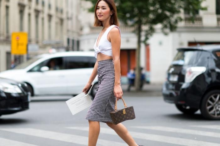Đã có chân váy midi rồi thì phải sắm ngay 6 kiểu áo này, mặc vào đảm bảo nịnh dáng vô cùngĐâu là chiếc áo diện cùng chân váy midi có thể nịnh dáng nhất - Ảnh 11.