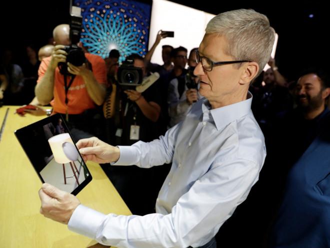 CEO Apple đang bày tỏ sự hứng thú với AR. Ảnh: Business Insider.