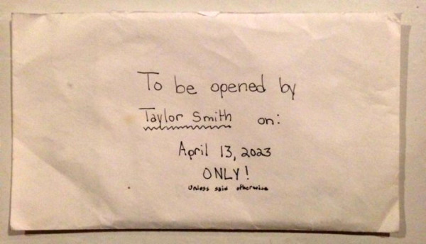 Dọn đồ của con gái 12 tuổi đột ngột qua đời, bố mẹ lặng người đọc thư con gửi chính mình ở tuổi 22 - Ảnh 2.