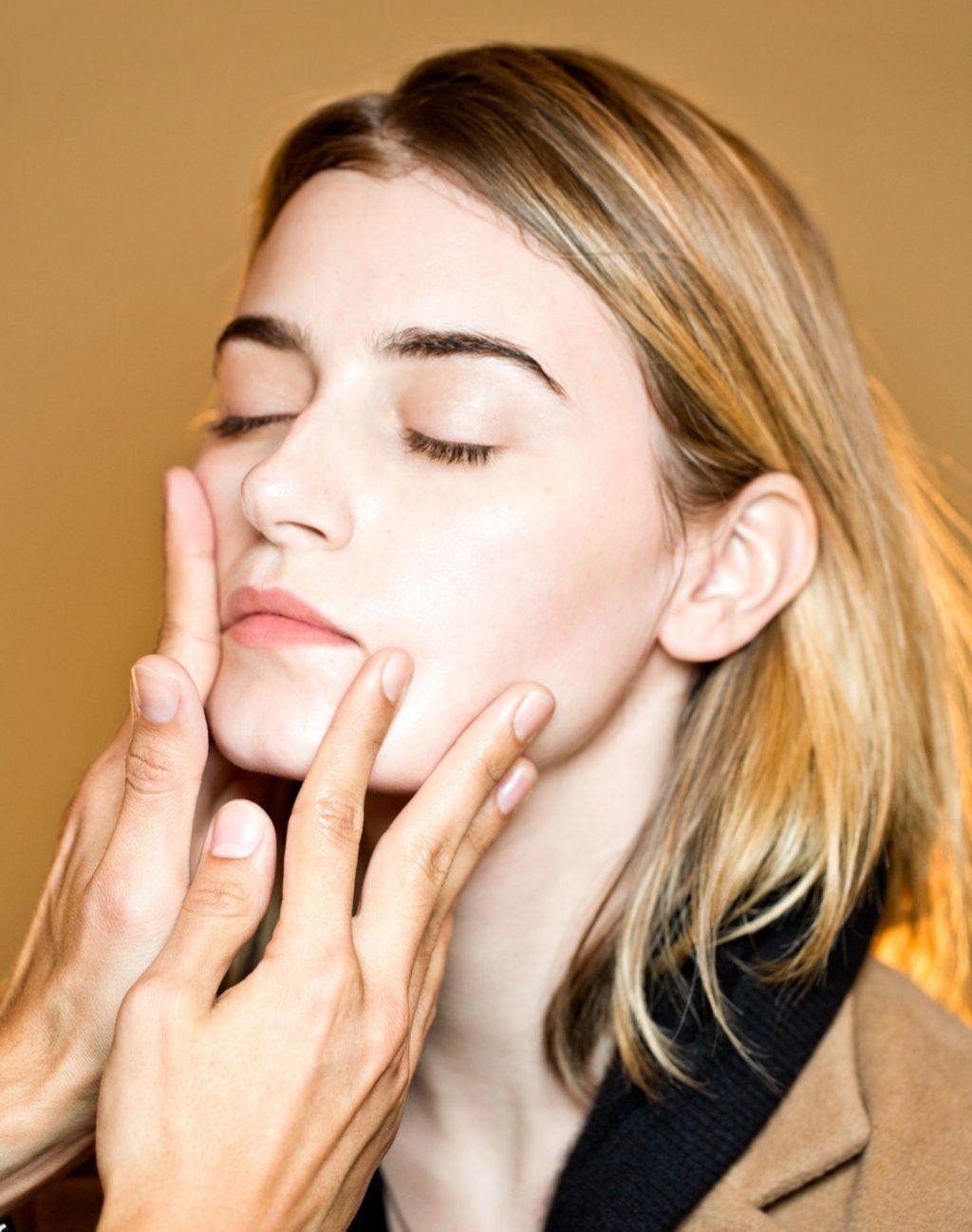 Liệu kem dưỡng ẩm có phải là bạn thân của làn da?Không thoa kem dưỡng ẩm quá dày để giúp da ăn lớp trang điểm