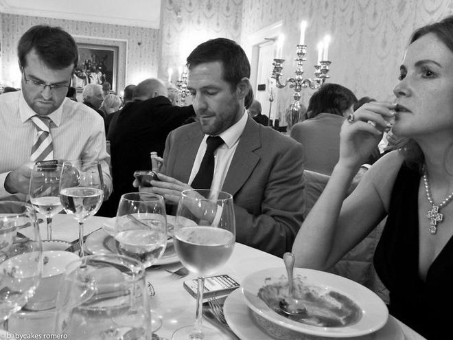 Chùm ảnh: Smartphone đang biến chúng ta thành những zombie câm lặng
