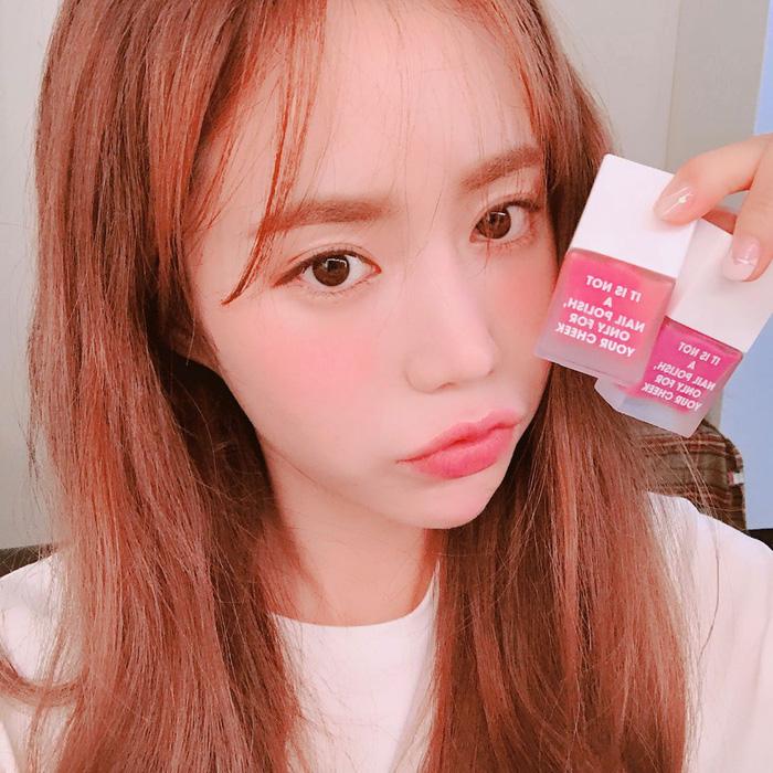 Vì sao má con gái Hàn luôn hây hây mướt rượt như thế? Câu trả lời chính là má hồng dạng sữaVì sao má con gái Hàn luôn hây hây mướt rượt như thế? Câu trả lời chính là má hồng dạng sữa - Ảnh 3.