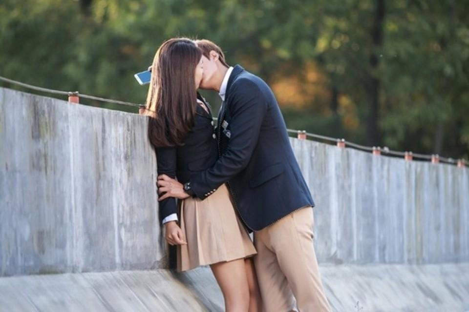 Tại sao chúng ta thường có xu hướng nghiêng đầu khi hôn?