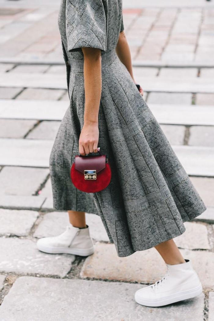 """Cách phối đồ cho nữ lùn là """"ưu ái"""" chọn những chiếc túi nhỏ."""