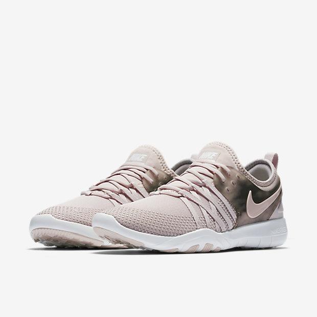 Bán mỗi giày hồng đã là gì, giờ Nike còn tung ra bộ sưu tập toàn đồ màu hồng cho hội chị em rồi đây này - Ảnh 4.