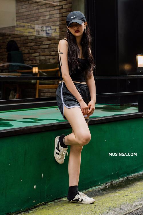 Áo phông và chân váy: combo thần thánh làm nên street style đẹp mê ly của giới trẻ Hàn thời gian này