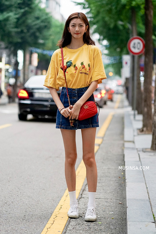 Áo phông và chân váy: combo thần thánh làm nên street style đẹp mê ly của giới trẻ Hàn thời gian này - Ảnh 13.