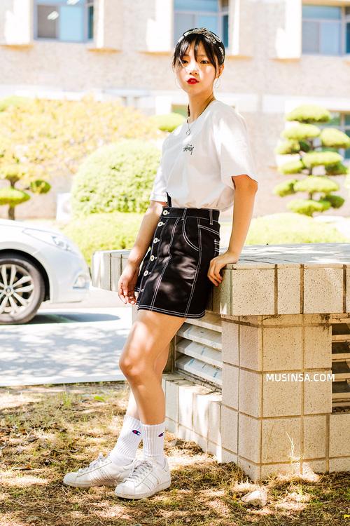 Áo phông và chân váy: combo thần thánh làm nên street style đẹp mê ly của giới trẻ Hàn thời gian này - Ảnh 11.