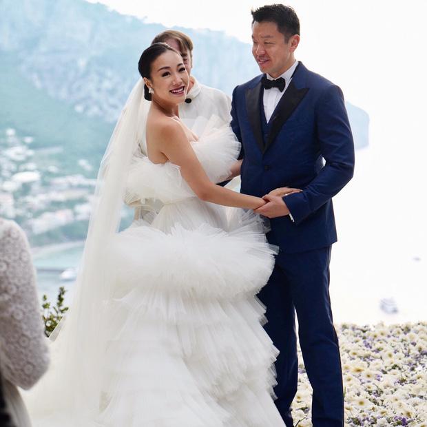 Váy cưới bồng bềnh như mây trắng của fashionista Hong Kong khiến bạn phải thốt lên: Liệu đây có phải mơ?Váy cưới bồng bềnh như mây trắng của fashionista Hong Kong khiến bạn phải thốt lên: Liệu đây có phải mơ? - Ảnh 5.