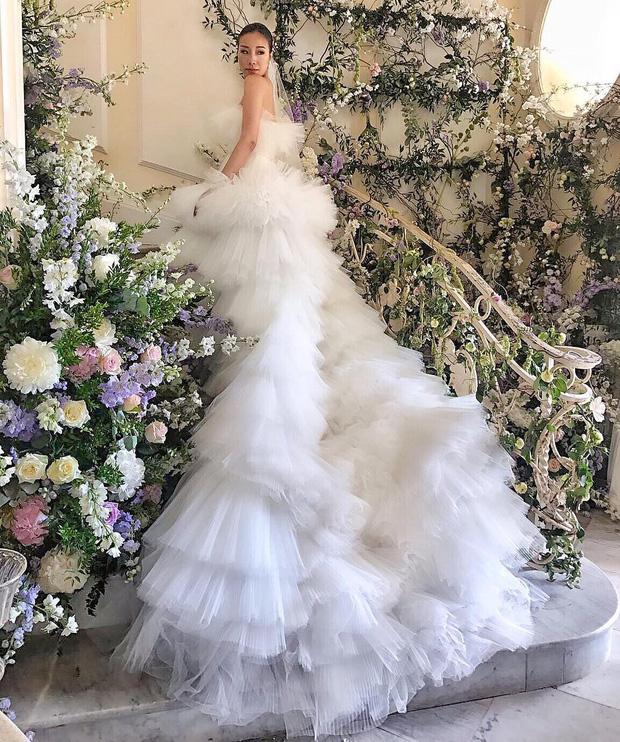 Váy cưới bồng bềnh như mây trắng của fashionista Hong Kong khiến bạn phải thốt lên: Liệu đây có phải mơ?Váy cưới bồng bềnh như mây trắng của fashionista Hong Kong khiến bạn phải thốt lên: Liệu đây có phải mơ? - Ảnh 2.