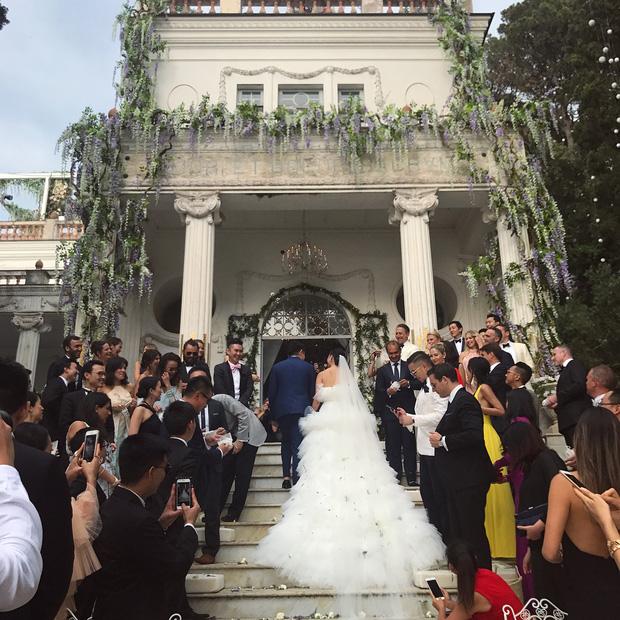 Váy cưới bồng bềnh như mây trắng của fashionista Hong Kong khiến bạn phải thốt lên: Liệu đây có phải mơ?